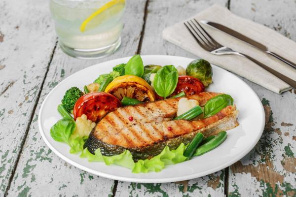 zdrowy obiad łosoś; łosoś z warzywami